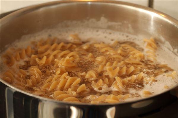 Pastasalat med skinke og sennepsdressing