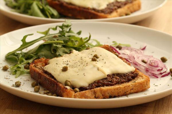 Cheese sandwichbøf med salat, kapers og rødløg