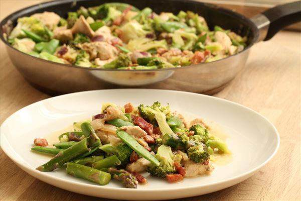 Grøntsager i fløde med kylling og bacon
