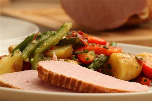 Kartoffelsalat med asparges og kogt skinke