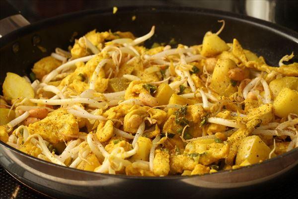 Kyllingewok med peanuts og ris