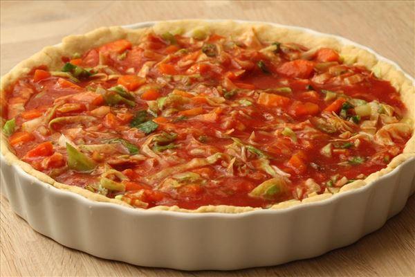 Tomattærte med spidskål og gulerødder