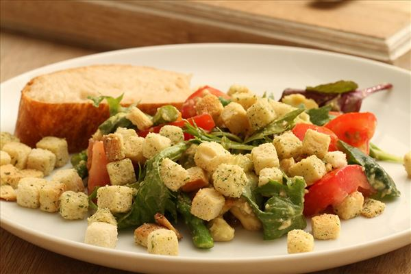 Grøn salat med avocado og asparges