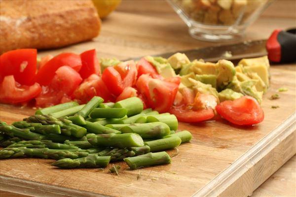 Grillet laks med avocadosalat