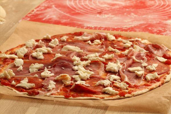 Pizza med Serranoskinke og Chorizo