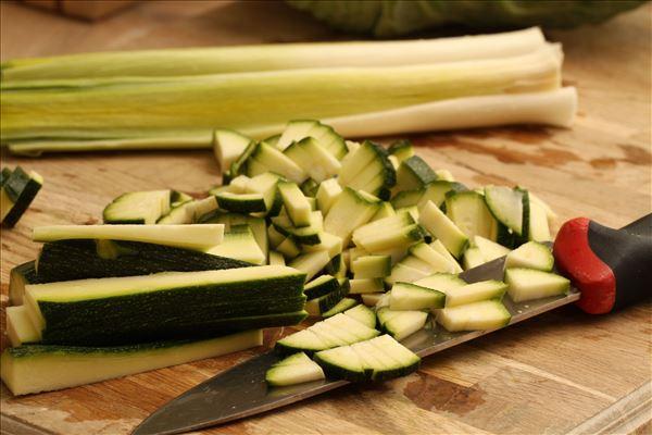 Grøntsauté med grillet laks